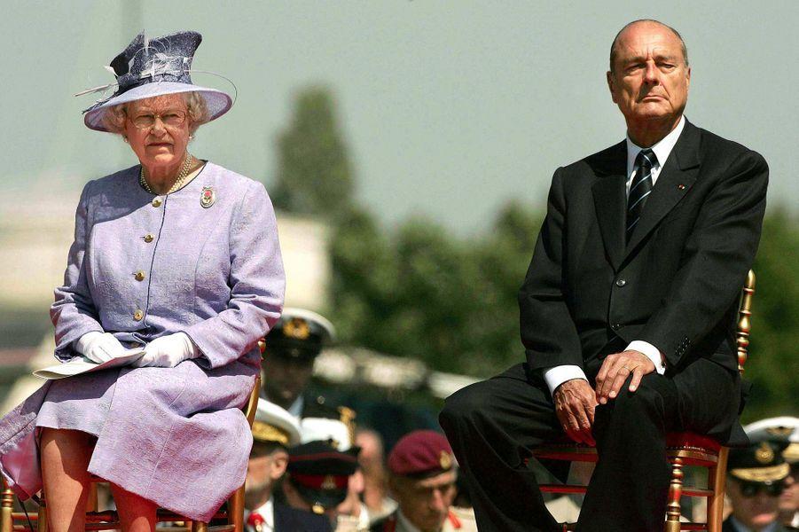 La reine Elizabeth II et Jacques Chirac à Bayeux, en juin 2004.