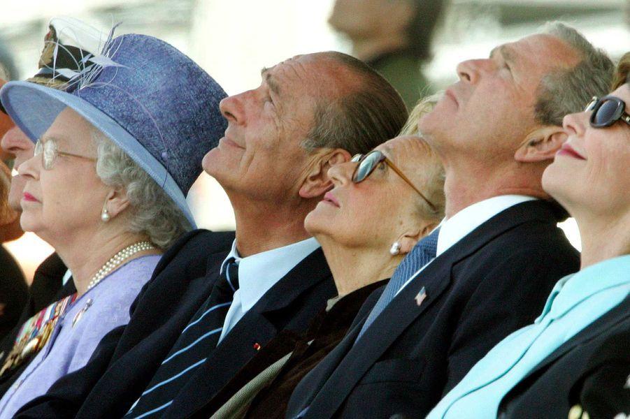 La reine Elizabeth II, Jacques Chirac, George W. Bush et Laura Bush à Arromanches, en juin 2004.