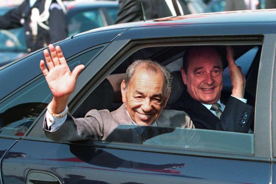 Le roi Hassan II du Maroc et Jacques Chirac à l'aéroport d'Orly, en mai 1996.