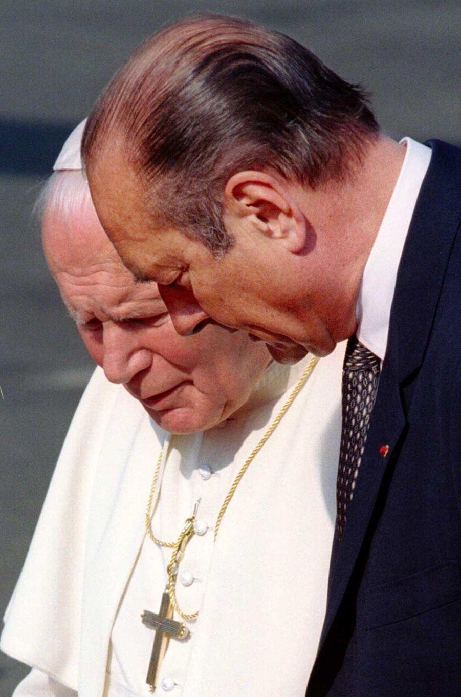 Jacques Chirac et le pape Jean Paul II à l'aéroport d'Orly, en août 1997.