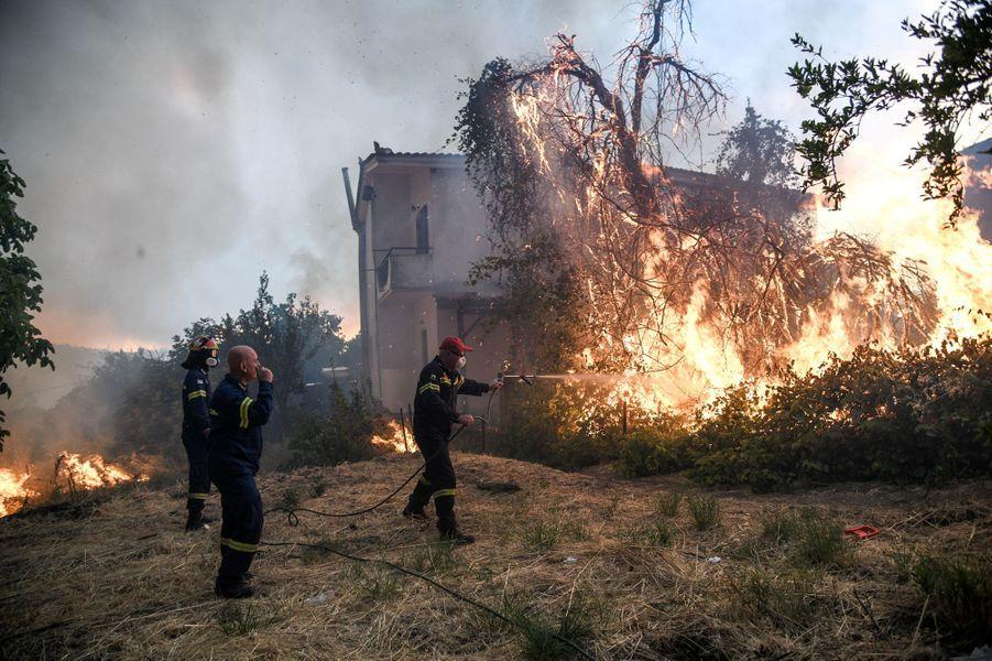 Important incendie sur l'île d'Eubée, aux frontières de l'Attique — Grèce
