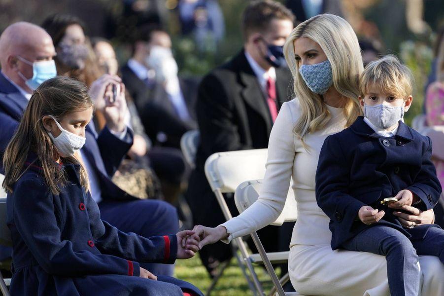Ivanka Trump avec ses enfants Arabella et Theodoreà la Maison-Blanche, le 24 novembre 2020.