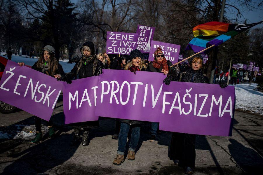 A Belgrade, en Serbie, samedi. Sur la banderole : «Marche des femmes contre le fascisme».