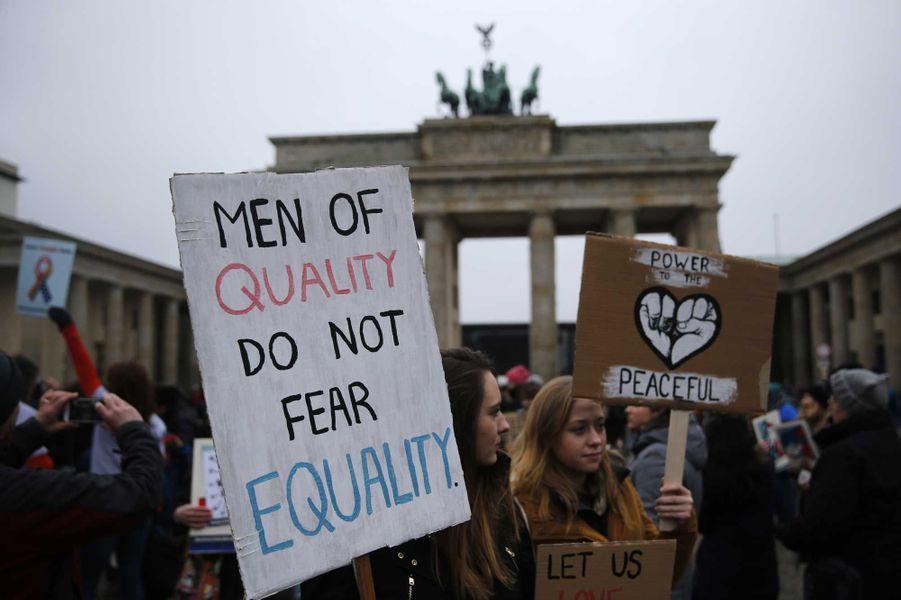 A Accra, au Ghana, samedi. Sur la pancarte de gauche : «Les hommes de qualité ne redoutent pas l'égalité».