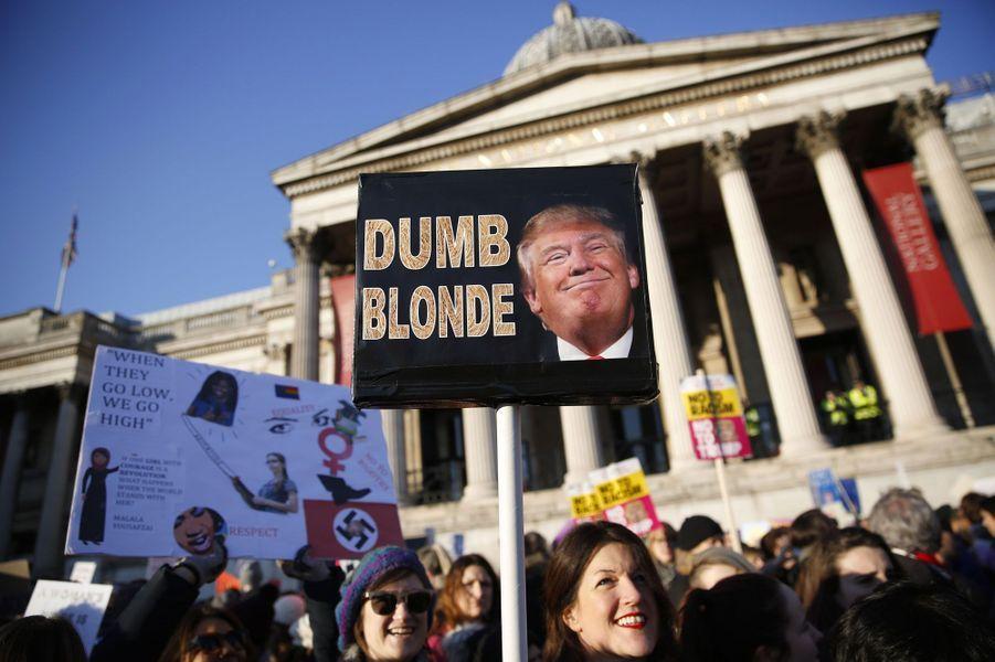 Manifestation à Londres, samedi. Sur la pancarte : «Blond débile».