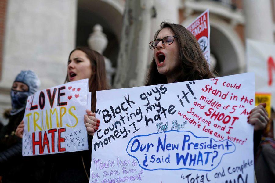 A Madrid, samedi. Sur la pancarte de droite, divers propos prononcés (ou simplement attribués) par Donald Trump. «Des noirs qui comptent mon argent, je déteste» ou «Je pourrais me mettre au milieu de la 5e avenue, tirer sur quelqu'un et ne pas perdre un seul électeur».