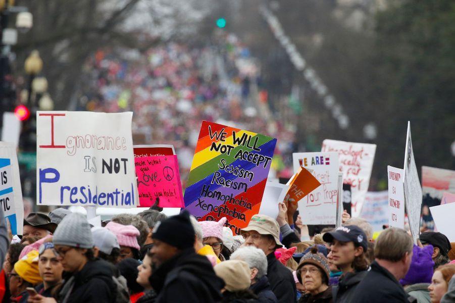 La Women's March à Washington, samedi. A gauche : «L'ignorance, ça ne fait pas présidentiel».