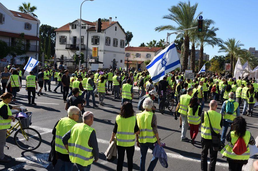 Des Israéliens portant un gilet jaune protestent à Tel-Aviv, le 14 décembre 2018.