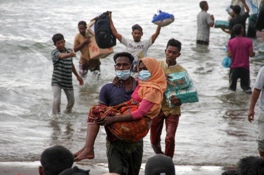 Une centaine de Rohingyasse trouvaient à bord d'une embarcation de fortune et ont été secourus par des pêcheurs de Sumatra.