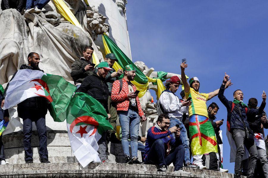 Des Algériens ou des Français d'origine algérienne étaient réunis par milliers ce dimanche encore à Paris.