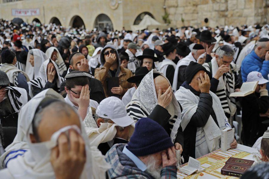 Enveloppés dans le traditionnel châle de prière blanc qui leur couvre la tête, des membres de la tribu des Cohanim (le pluriel de Cohen, prêtre en hébreu) ont levé les mains et béni la foule devant le Mur des Lamentations de Jérusalem, le 22 avril.