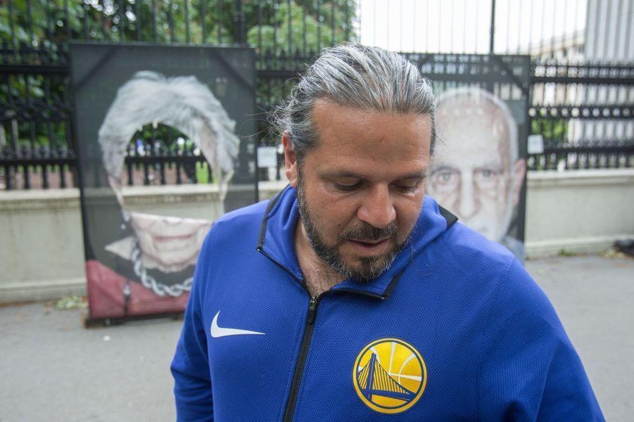 Luigi Toscano devant ses photos vandalisées à Vienne le 27 mai 2019.