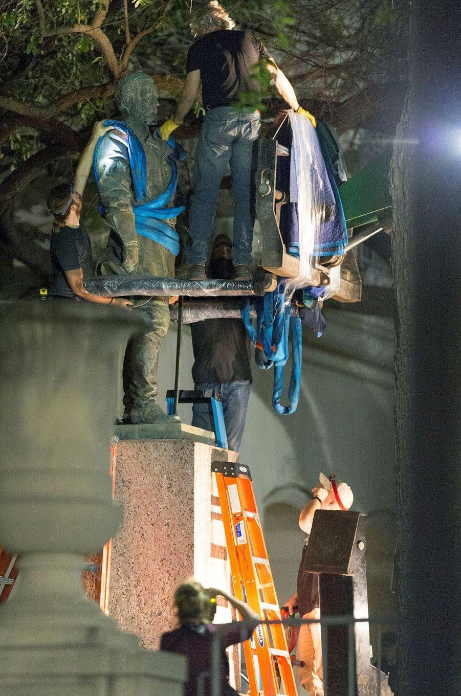 Les statues de trois figures sudistes ont été retirées de l'Université du Texas à Austin, le 20 août 2017.