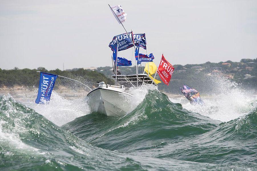 Une flottille de petits bateaux soutenant la campagne électorale du Président Donald Trump s'est retrouvée en difficulté samedi au Texas, plusieurs d'entre eux prenant l'eau ou coulant, selon les autorités.