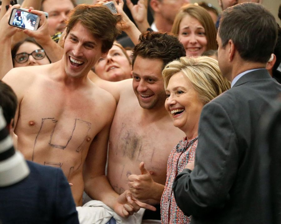 Hillary Clinton prenant la pose aux côtés de John Nelson et Dan Stifler