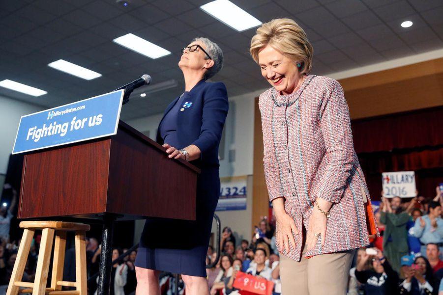 Jamie Lee Curtis et Hillary Clinton réagissant au geste des deux jeunes hommes