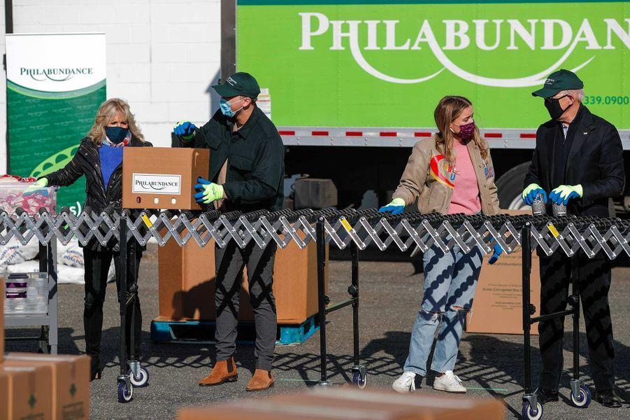 Joe Biden a fait du bénévolat avec sa femme Jill, leur fille Ashley et leur petite-fille Finnegan à Philadelphie, le 18 janvier 2021.