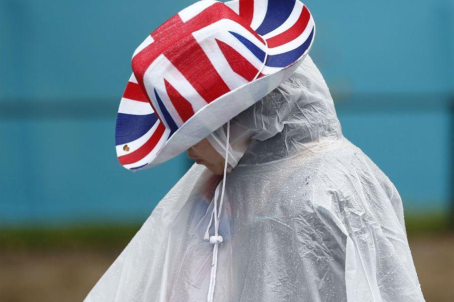 Devant Buckingham Palace, un pique-nique géant et… pluvieux