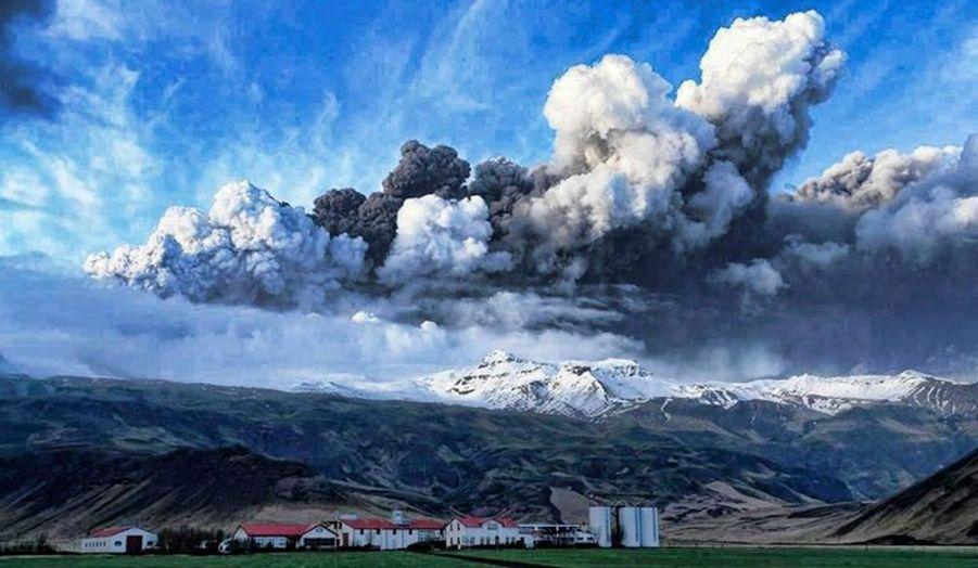 Un énorme nuage de cendres volcaniques se lève dans l'atmosphère au dessus du volcan Eyjafjöll, lui-même situé à environ 200 mètres sous la glace du glacier Eyjafjallajökull, situé dans le Sud de l'Islande.