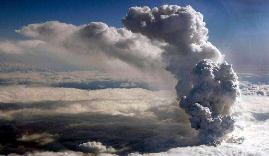 Une photo aérienne des garde-côtes islandais montre un nuage de fumée qui s'élève à 6700 mètres du cratère qui se situe sous environ 200 mètres de la glace.