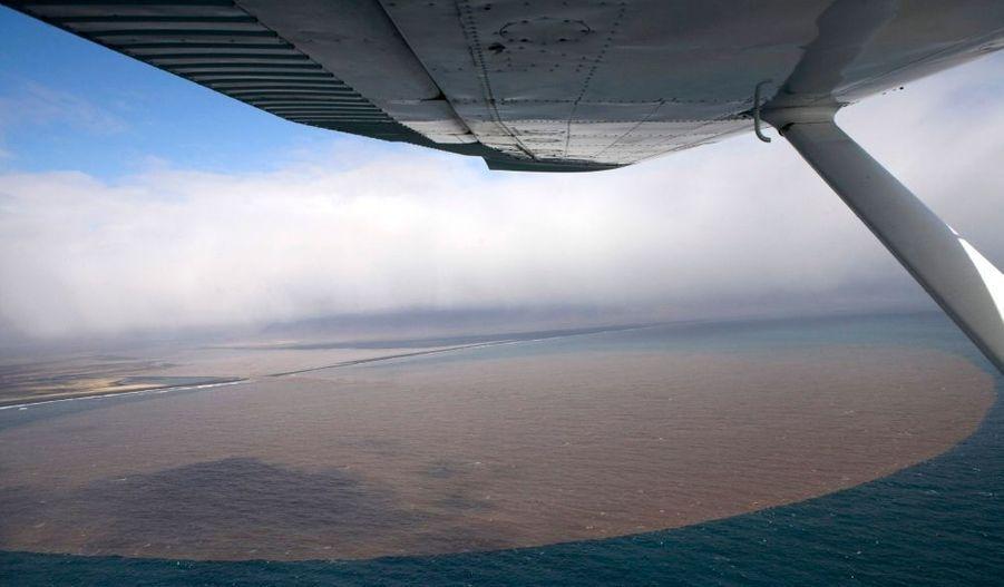 L'érosion causée par l'éruption volcanique et les inondations se jette dans l'océan autour du glacier Eyjafjallajokull.
