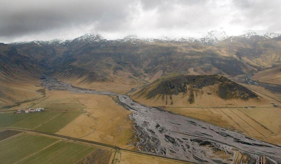 Inondations et fumée sont le paysage actuel de l'Islande du Sud.