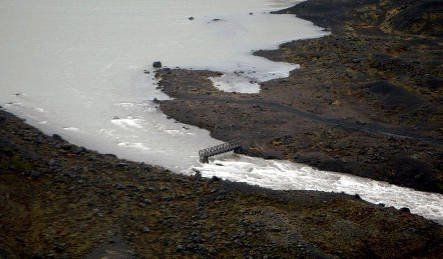 L'éruption a provoqué la fonte des glaces, qui ne cessent de couler depuis...