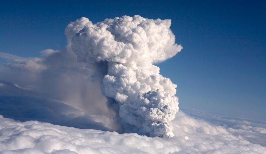 Le volcan Eyjafjöll (la Montagne des îles en français) est un stratovolcan d'environ 700 000 ans.