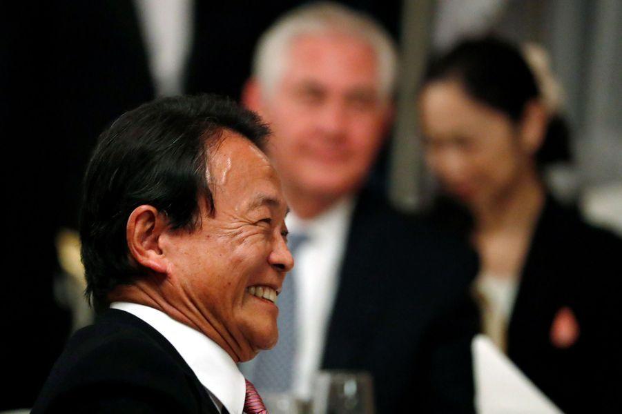 Le ministre japonais des Finances Taro Asolors du dîner d'Etat à Tokyo, le 6 novembre 2017.