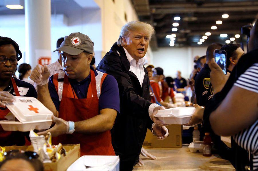 Le président Trump distribue lui aussi des repas à Houston samedi.