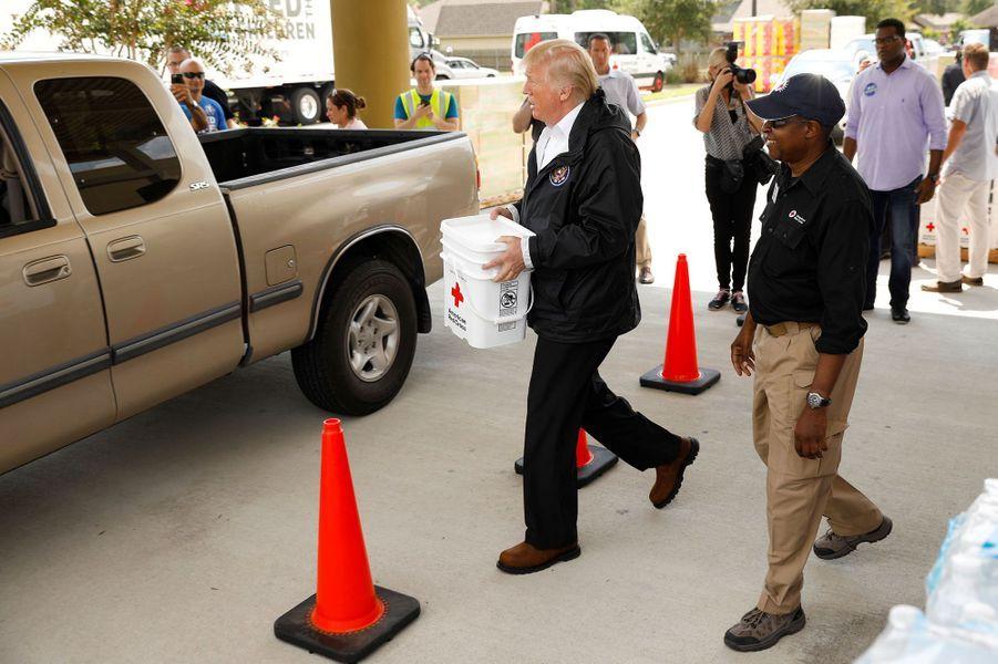A Pearland, au sud de Houston, le président Trump participe à une distribution de vivres, samedi.