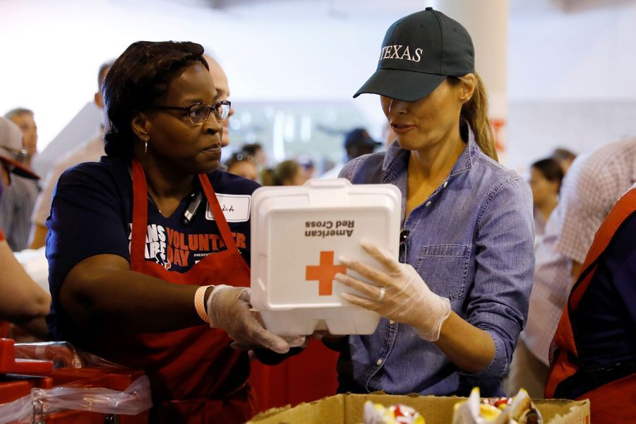 Melania Trump distribue des repas dans un centre pour rescapés de Houston, samedi.