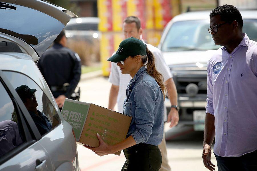 Melania Trump participe elle aussi à la distribution de vivres à Pearland, non loin de Houston.