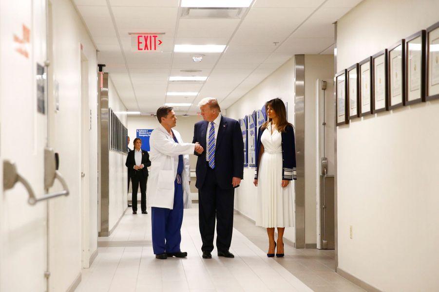 Accompagné de sa femme, le président Donald Trump s'est rendu à l'hôpital Broward Health où sont soignées certaines des victimes de Nikolas Cruz, le tueur de 19 ans. Il a également rencontré des membres du personnel hospitalier.