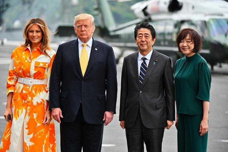 Donald et Melania Trump accueillis par Shinzo et Akie Abe sur la base navale de Yokosuka, le 28 mai 2019.
