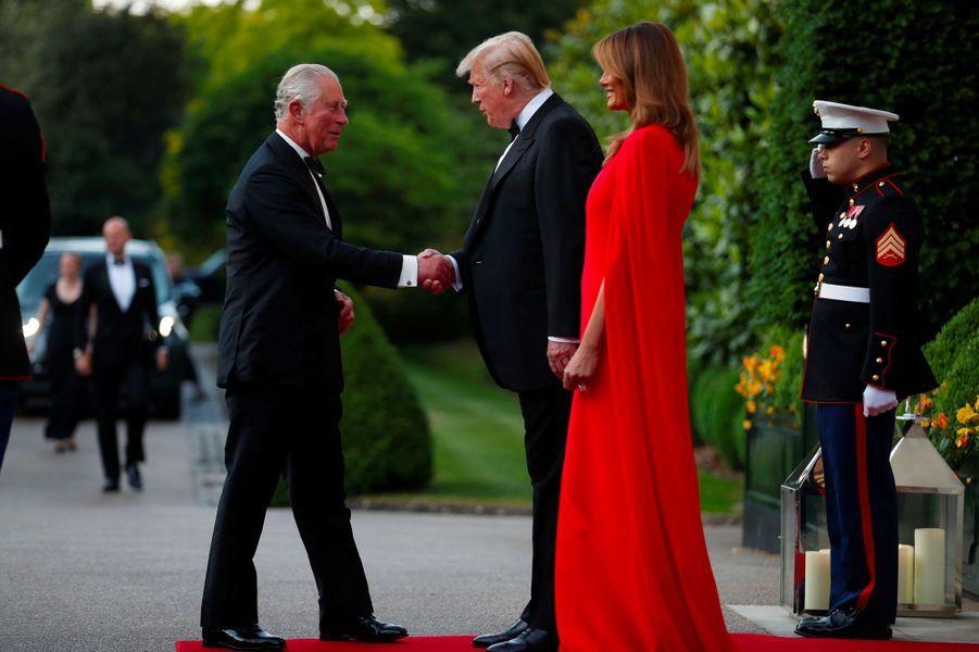 Donald et Melania Trump accueillent le prince Charles à Winfield House mardi soir.