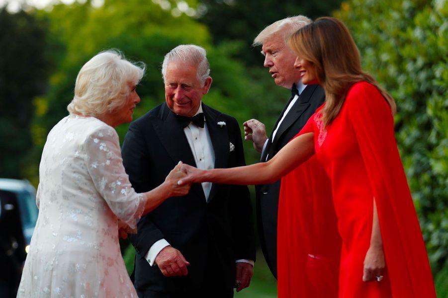 Donald et Melania Trump accueillent le prince Charles et la duchesse de Cornouailles, Camilla, à Winfield House mardi soir.