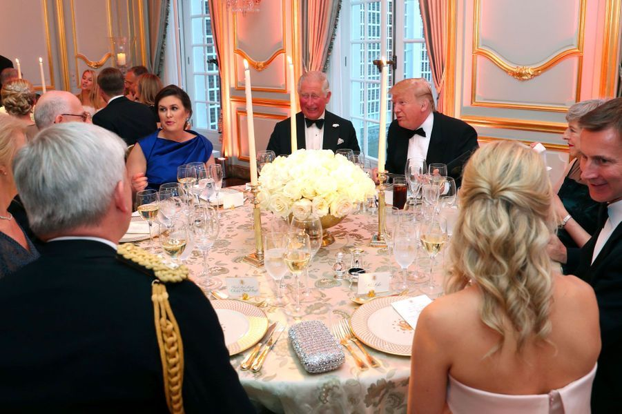Donald Trump, Theresa May, le prince Charles et Sarah Huckabee Sanders, «press secretary» du président, mardi soir à Winfield House.