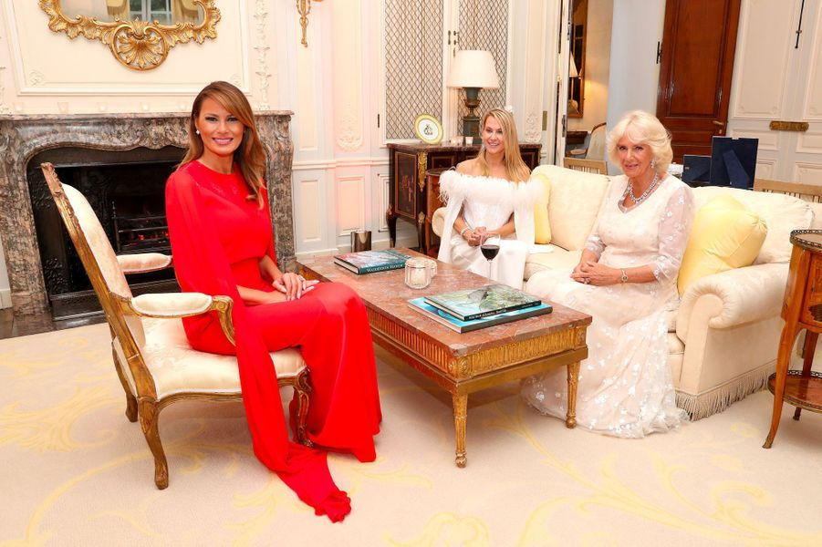 Melania Trump, Suzanne Ircha et Camilla, mardi soir à Winfield House. Suzanne Ircha est l'épouse de l'ambassadeur des Etats-Unis au Royaume-Uni, Woody Johnson, propriétaire des New York Jets nommé par Donald Trump en 2017.
