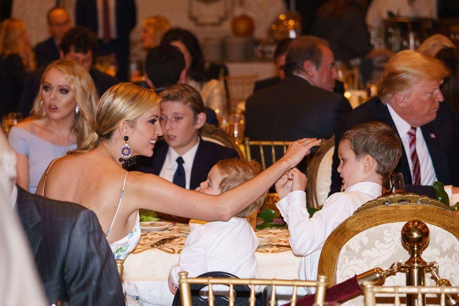 Donald Trump et Melania Trump fêtent Thanksgiving en famille à Mar-a-Lago.