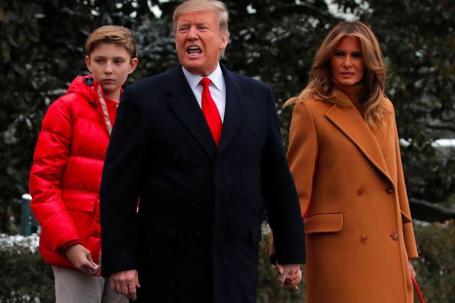 Barron, Donald et Melania Trump quittant la Maison-Blanche, le 1er février 2019.