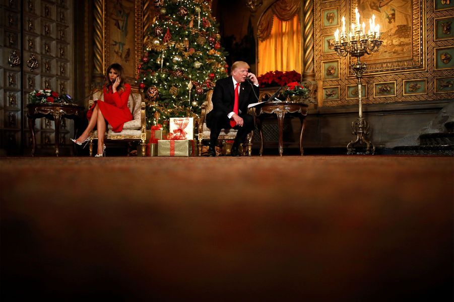 Donald Trump et son épouse Melania répondent aux enfants par téléphone.