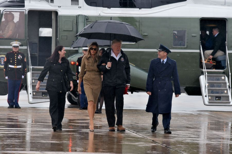 Le couple Trump quitte «Marine One» pour embarquer à bord d'«Air Force One», sur la base militaire d'Andrews, direction le Texas et la Louisiane.