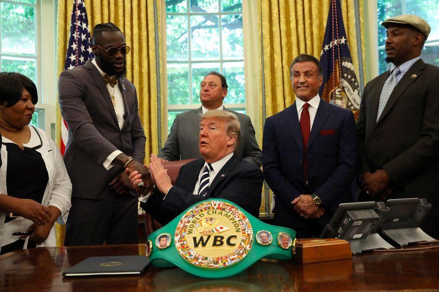 Donald Trump, entouré de Sylvester Stallone, Deontay Wilder et Lennox Lewis, a réhabilité le champion de boxe Jack Johnson, le 24 mai 2018.