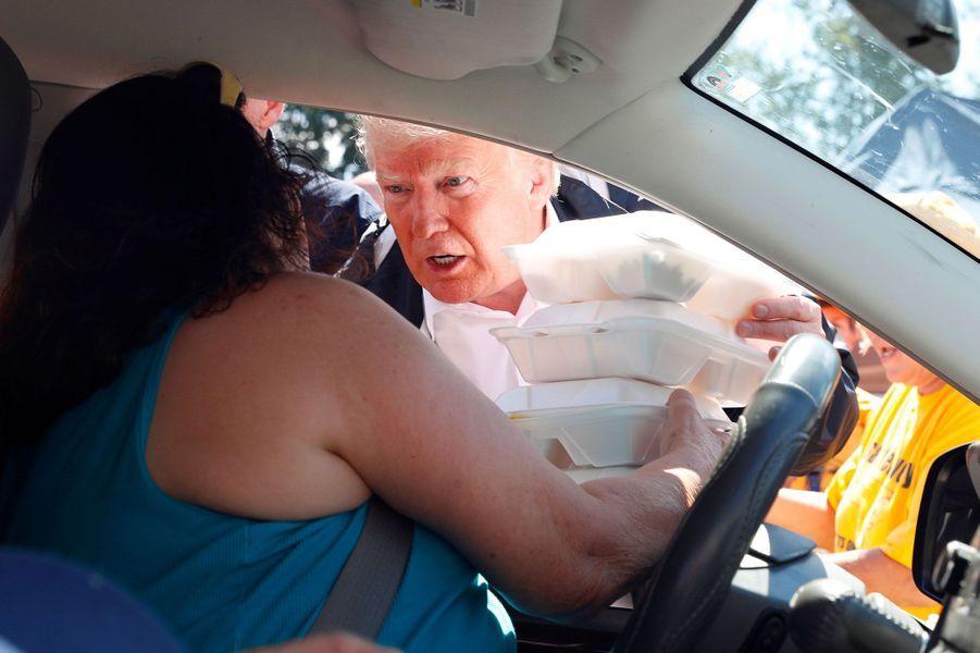 Donald Trump distribue de la nourriture à New Bern en Caroline du Nord, mercredi.