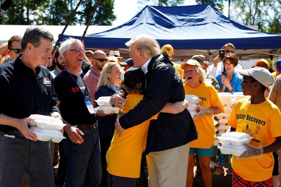 Donald Trump étreint un garçon à New Bern, en Caroline du Nord, mercredi.