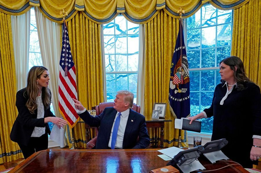 Donald Trump aime communiquer via son compte Twitter. Et pas même ses conseillers en communication, comme Hope Hicks ou Sarah Huckabee Sanders, ici le 17 janvier 2018, ne peuvent l'en empêcher.