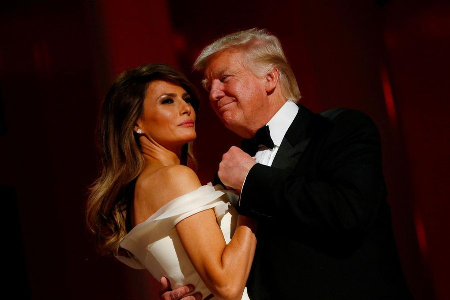 Première danse en tant que président américain, avec sa First lady Melania Trump. Cette dernière a eu du mal trouver sa place, notamment avec les révélations sur les infidélités de son mari.A voir :Melania Trump, une First Lady en mission