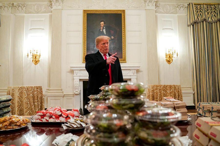 """Privé d'une partie du personnel de la Maison-Blanche, Donald Trump reçoit ses invités avec... des burgers et des pizzas, le 14 janvier 2019.A voir :""""Shutdown"""" oblige, Donald Trump paie le fast-food à la Maison-Blanche"""