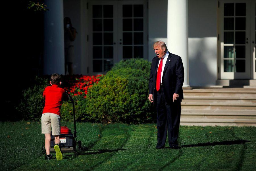 Cette image, prise le 15 septembre 2017, est régulièrement utilisée comme un meme sur les réseaux sociaux.A voir :Frank, 11 ans et fan de Trump, jardinier d'un jour à la Maison-Blanche